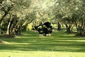 Une des sculptures de l'oliveraie