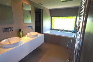 La salle de bain de la grande suite parentale